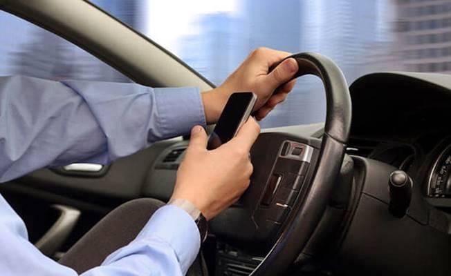 Cep telefonu aracınızın yoldan çıkmasına sebep oluyor